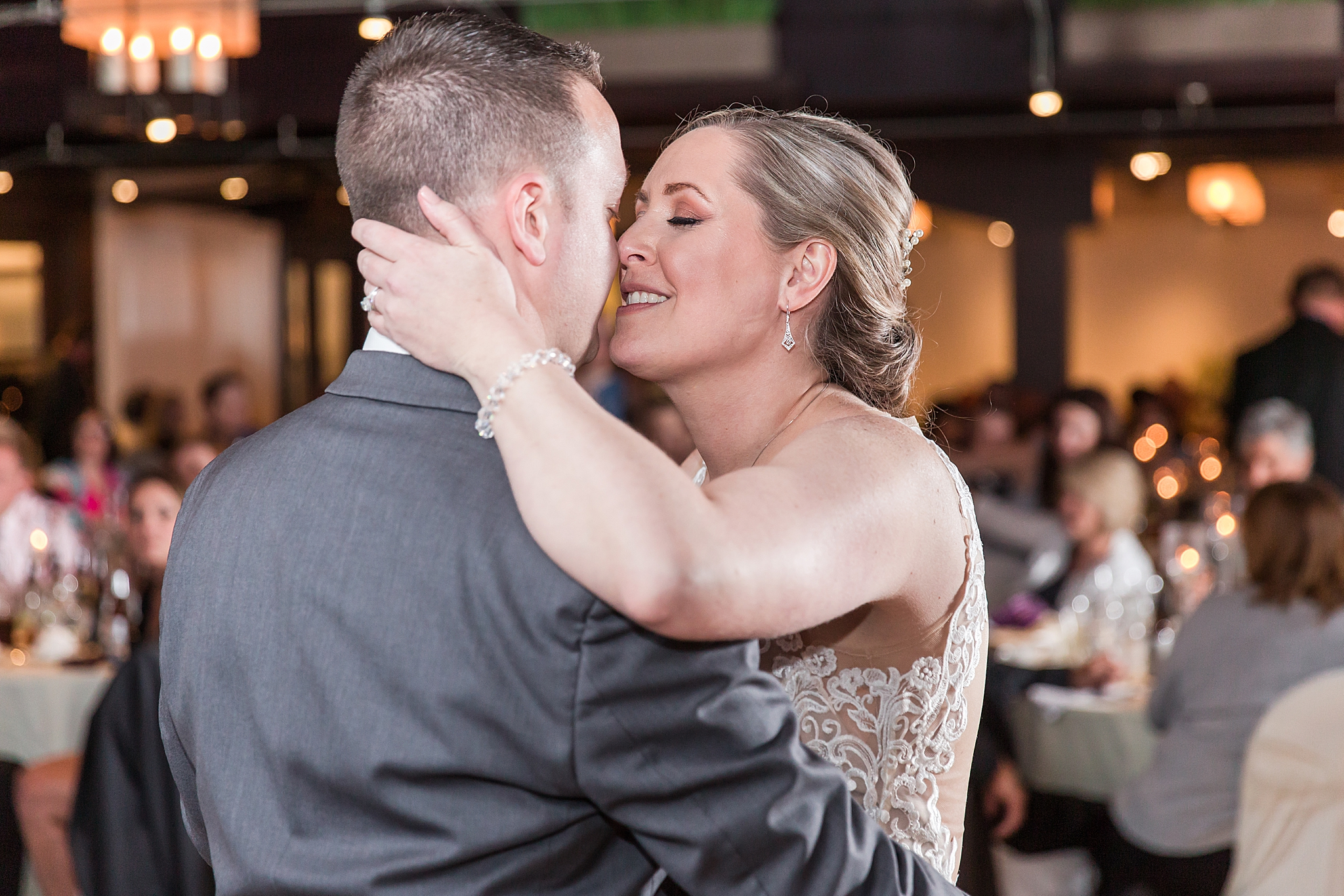 modern-romantic-wedding-photography-at-webers-in-ann-arbor-michigan-by-courtney-carolyn-photography_0079.jpg