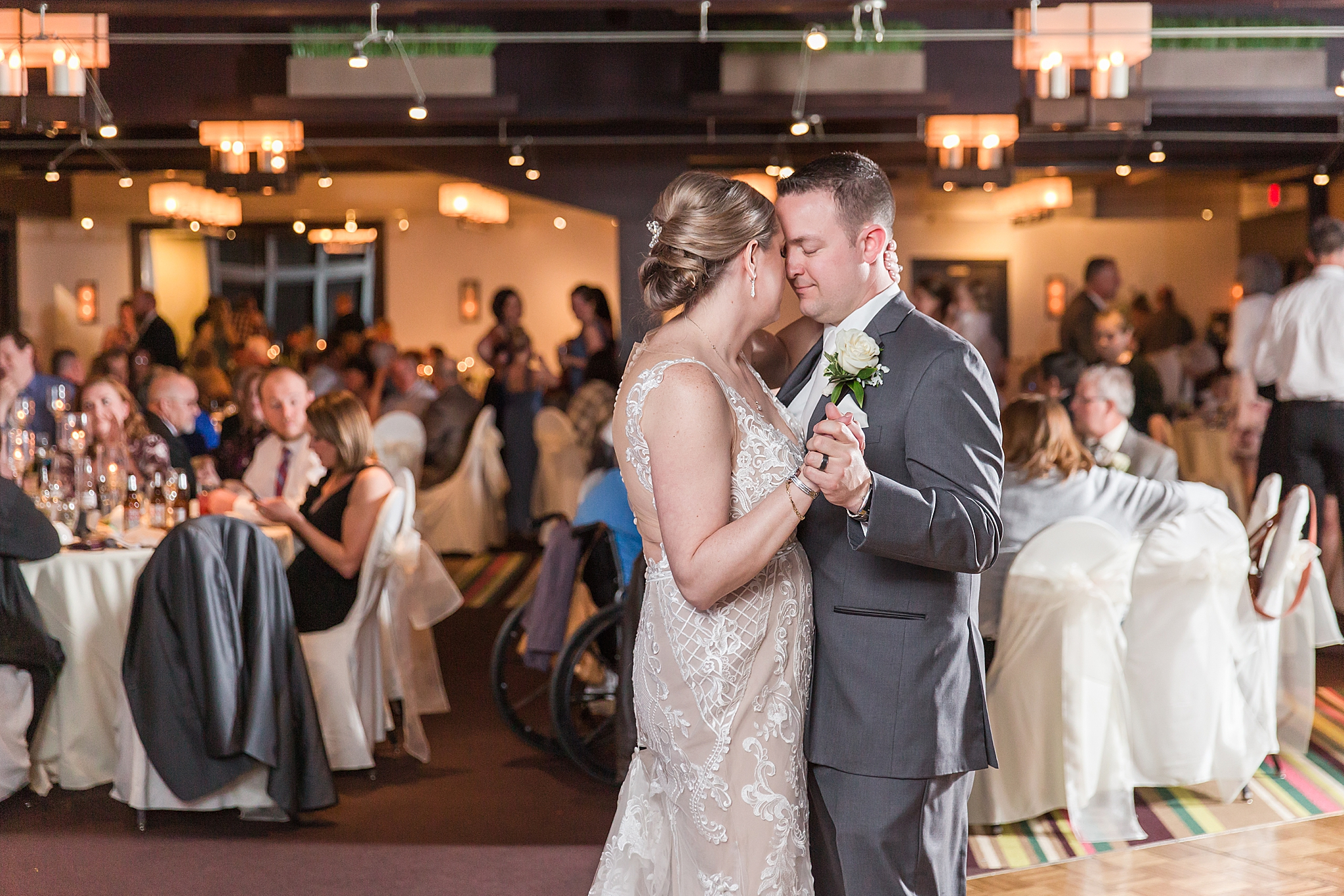 modern-romantic-wedding-photography-at-webers-in-ann-arbor-michigan-by-courtney-carolyn-photography_0080.jpg
