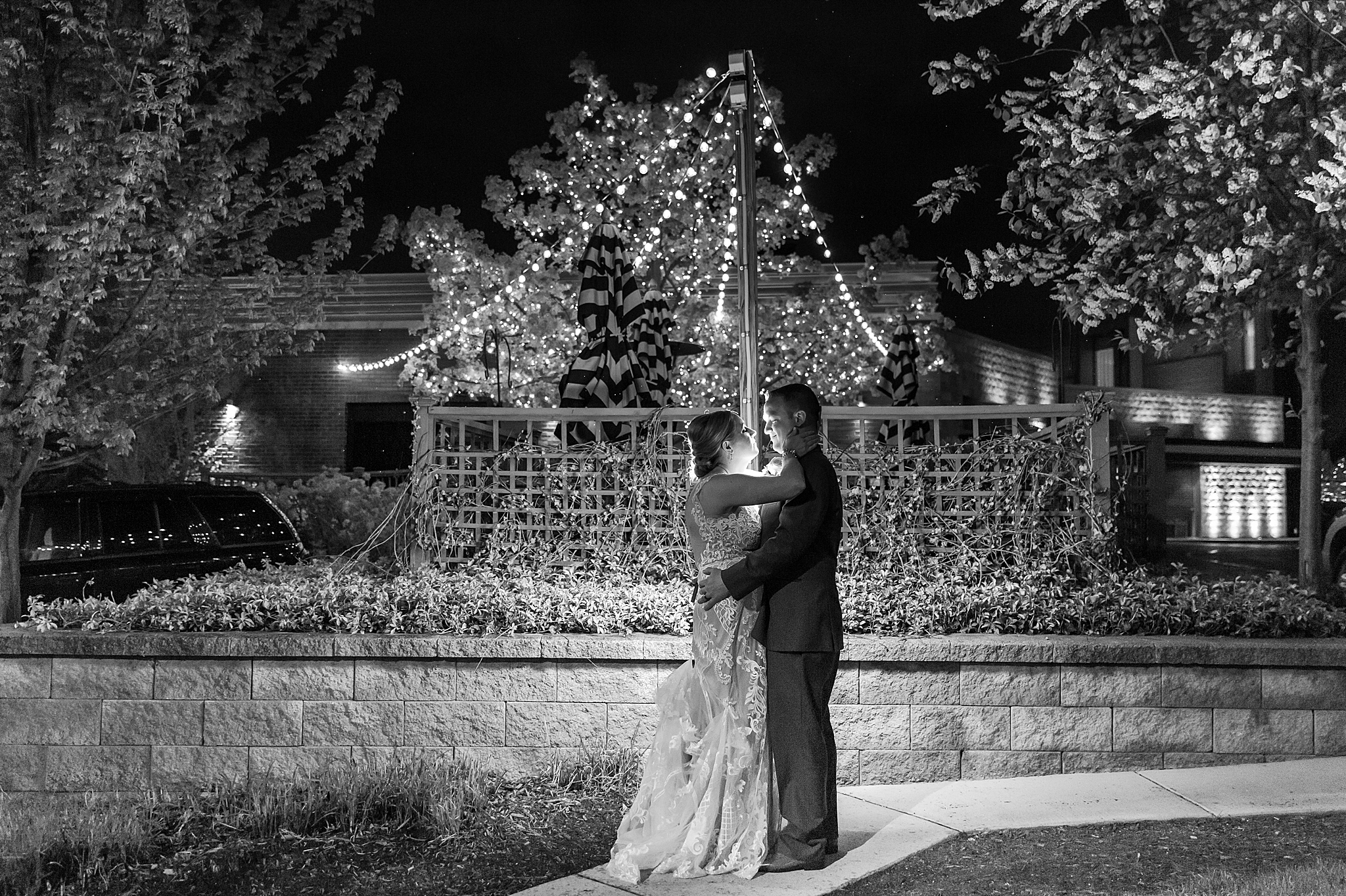 modern-romantic-wedding-photography-at-webers-in-ann-arbor-michigan-by-courtney-carolyn-photography_0085.jpg