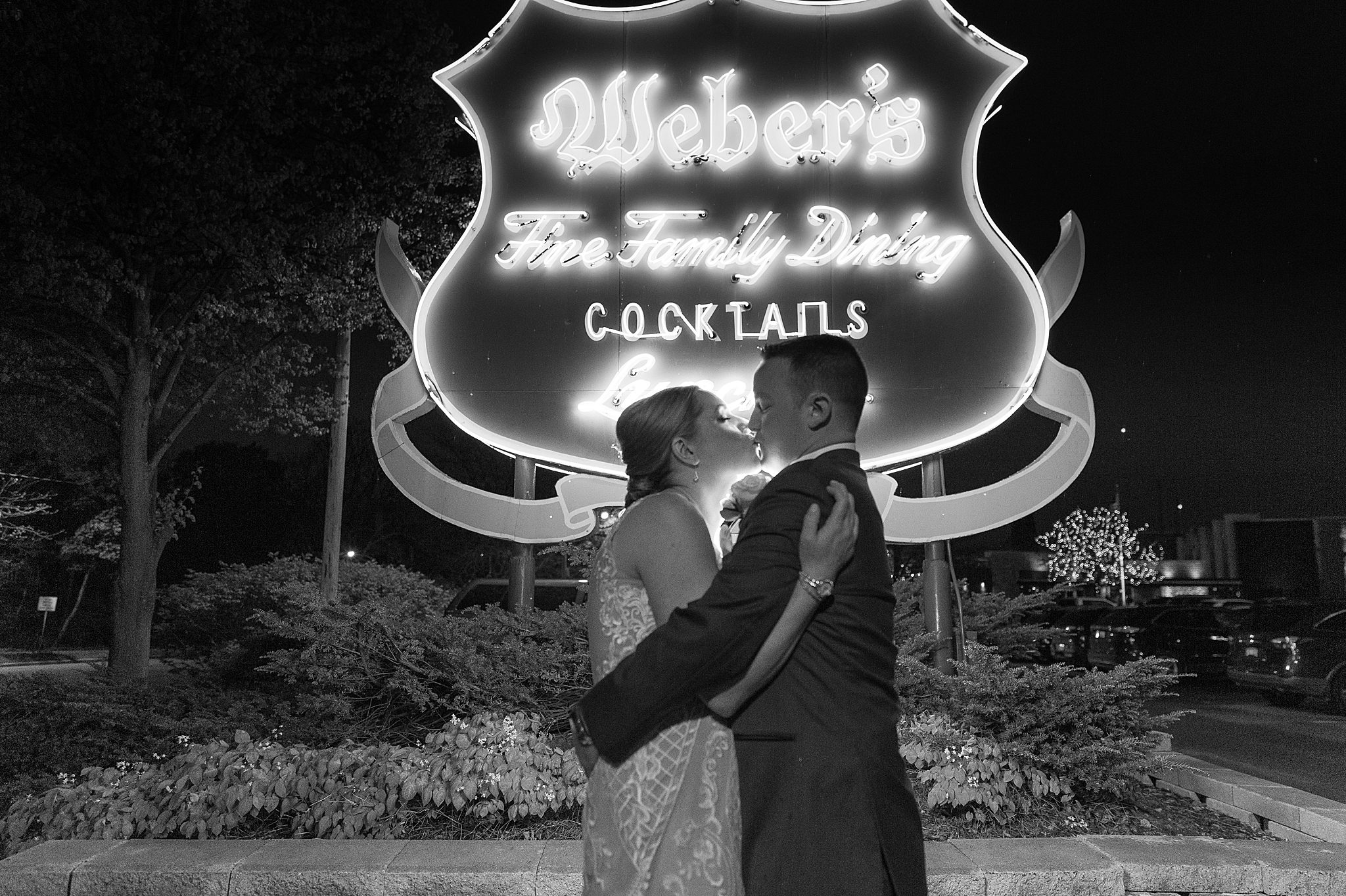 modern-romantic-wedding-photography-at-webers-in-ann-arbor-michigan-by-courtney-carolyn-photography_0086.jpg