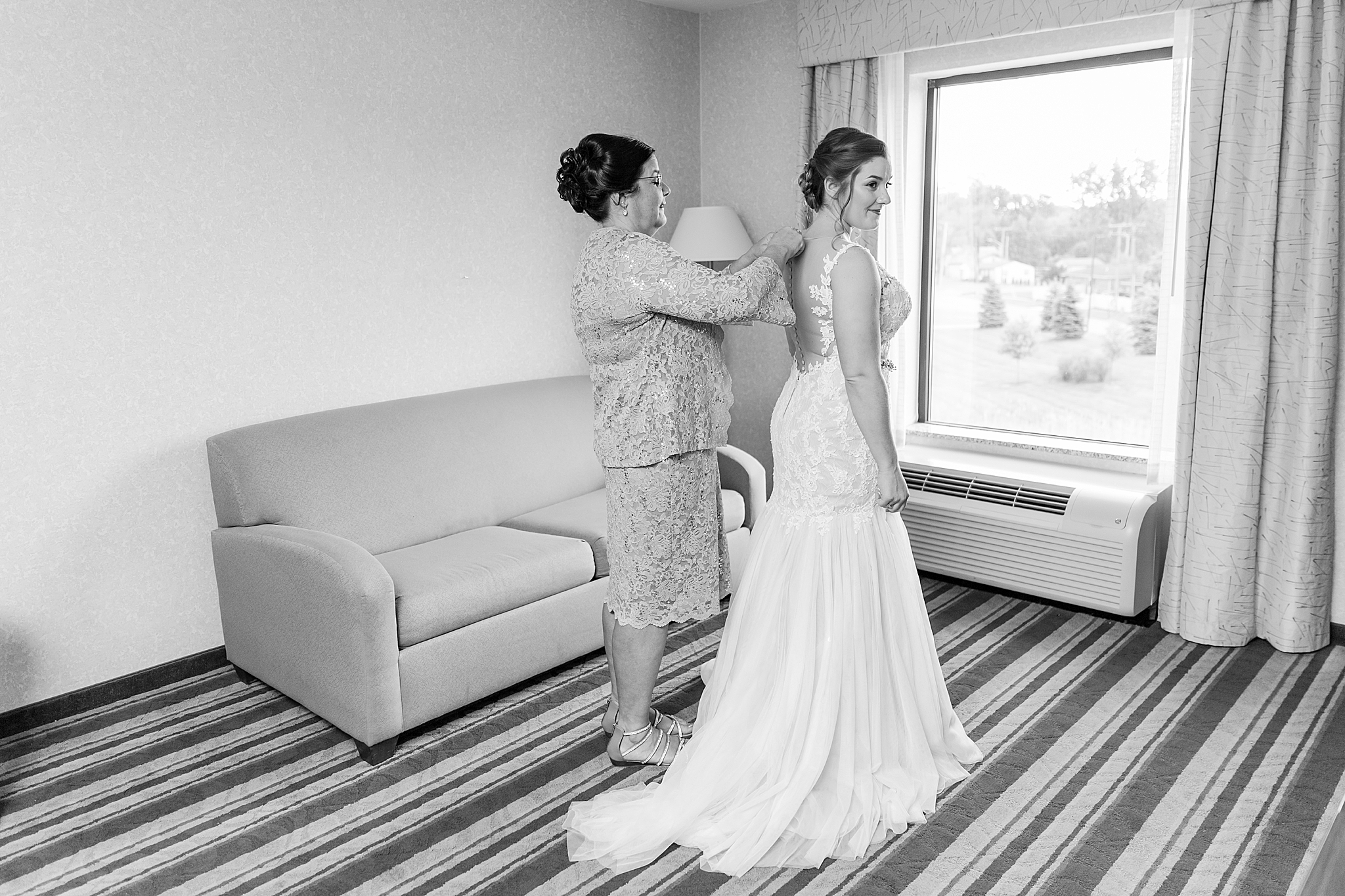 detroit-wedding-photographer-brownstown-event-center-wedding-photos-sam-josh-by-courtney-carolyn-photography_0011.jpg