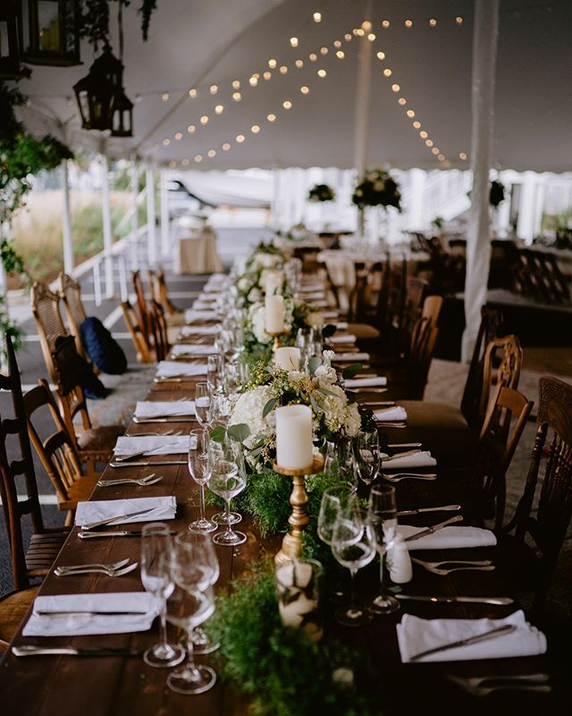 Talk about boho chic! String lights, hanging greens, mix&match chairs😍