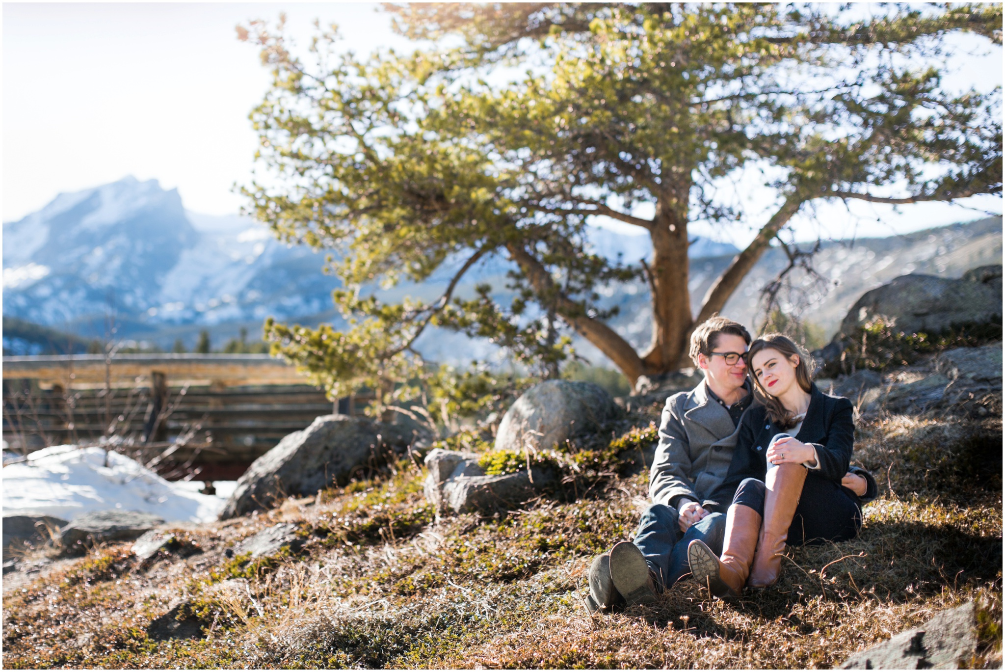 couple-sitting-on-the-ground-in-the-mountains