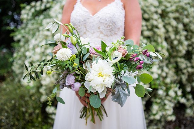 Hannah's stunning bouquet crafted by @palmer_flowers is one of my favorites from this season! I love the soft hints of color...