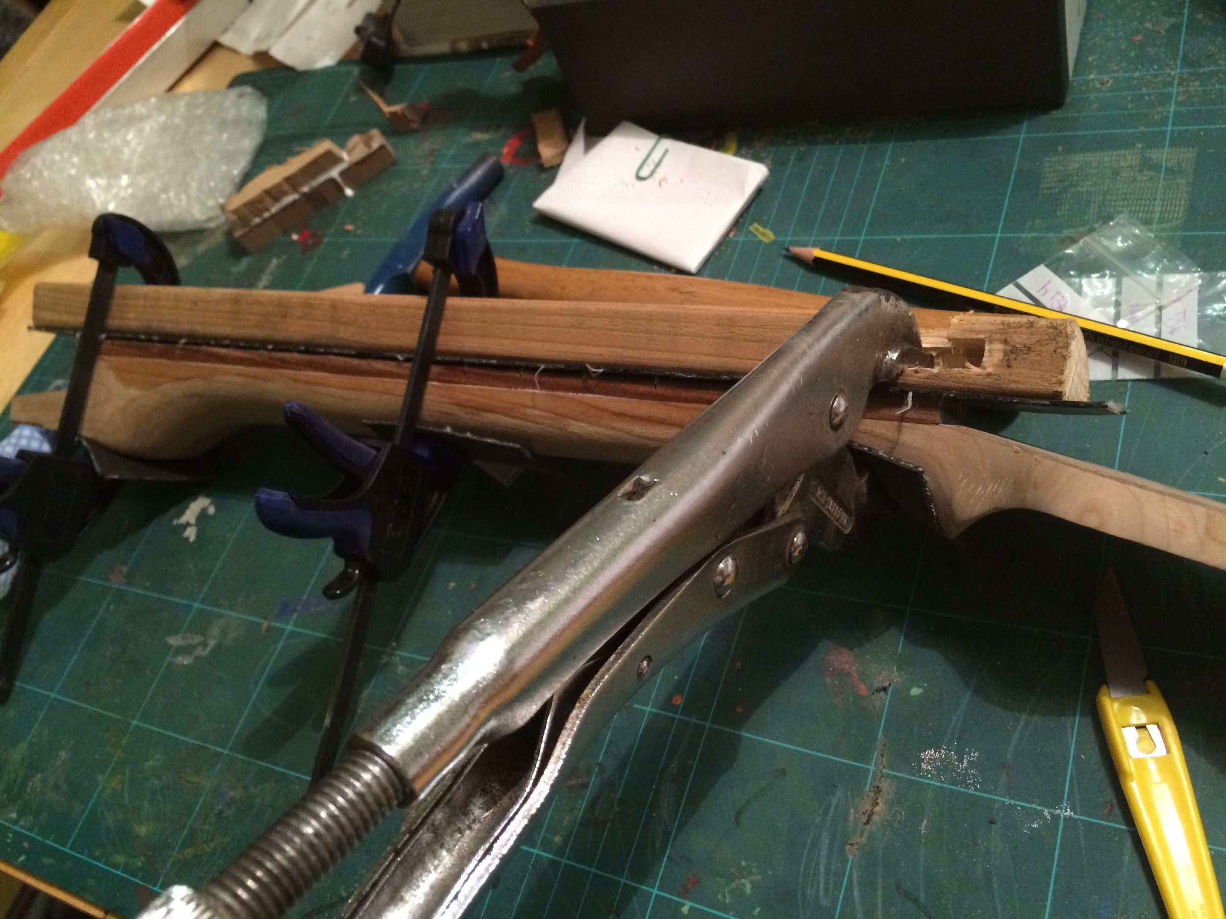 Glueing the fretboard to the neck