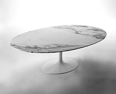 SA79-2: 958  |                                      Eero Saarinen                                      Low table, base in cast aluminium black or white. Oval top cm. 100x70, available in a variety of versions.