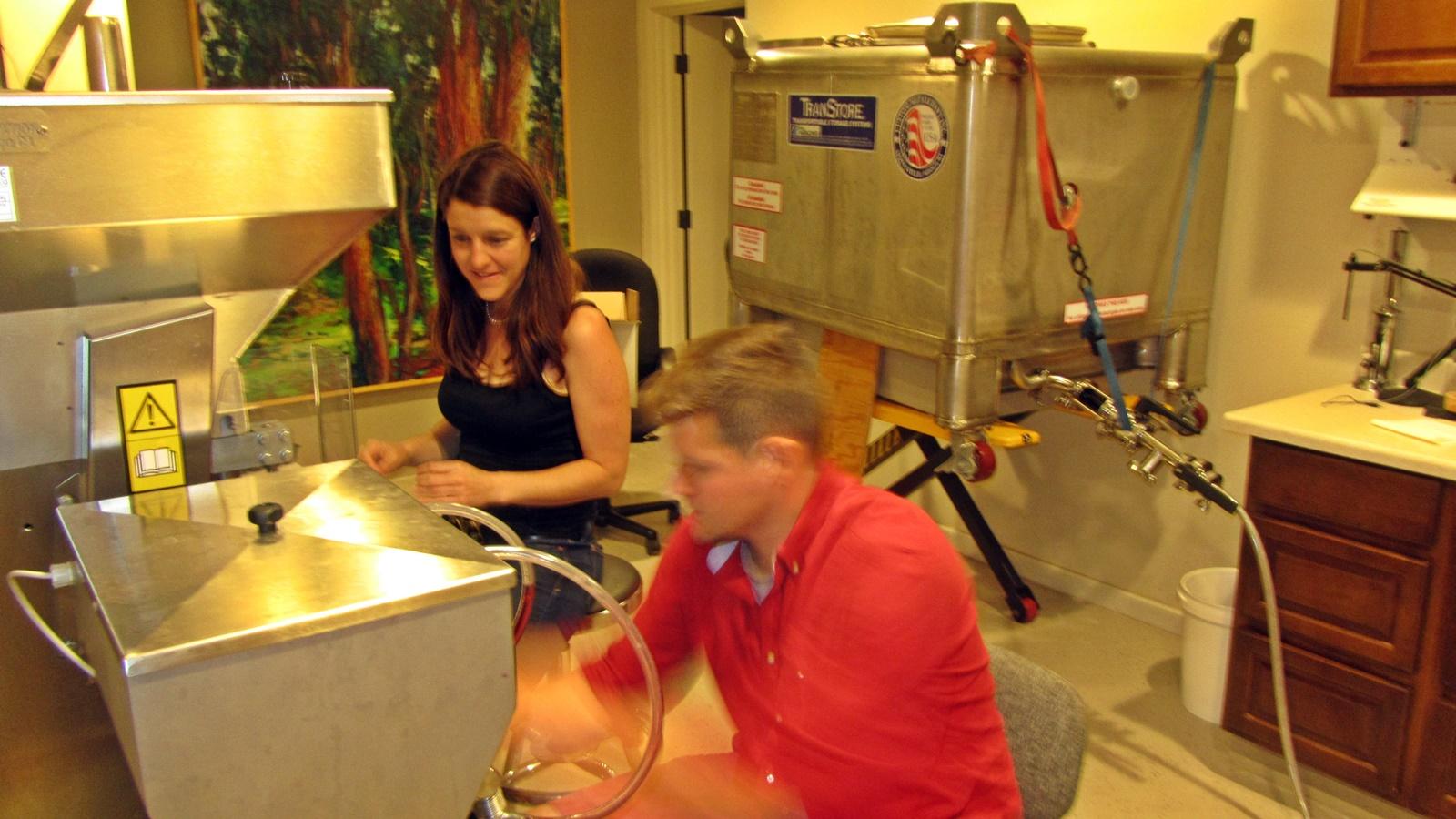 3 David Fenyvesi filling bottles & Claudia Guldimann corking them