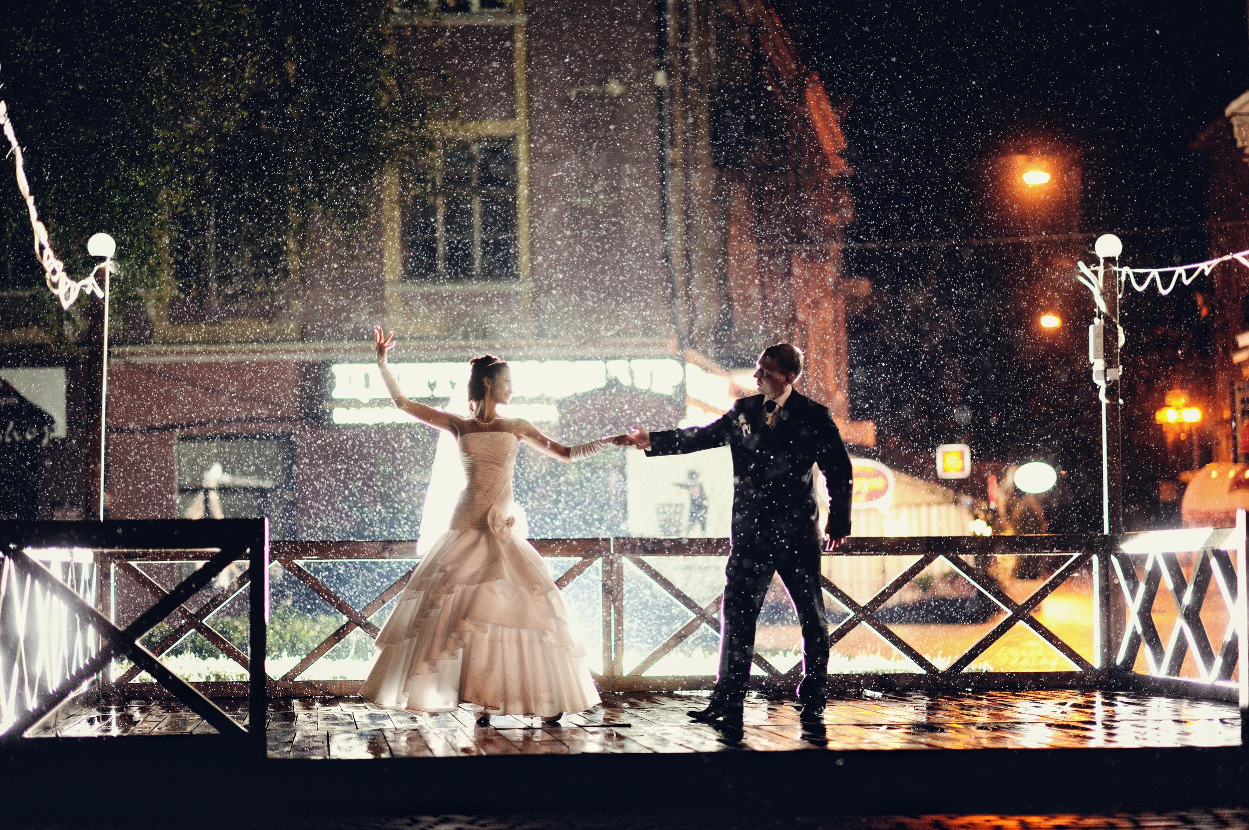 bride groom dancing in rain.jpg