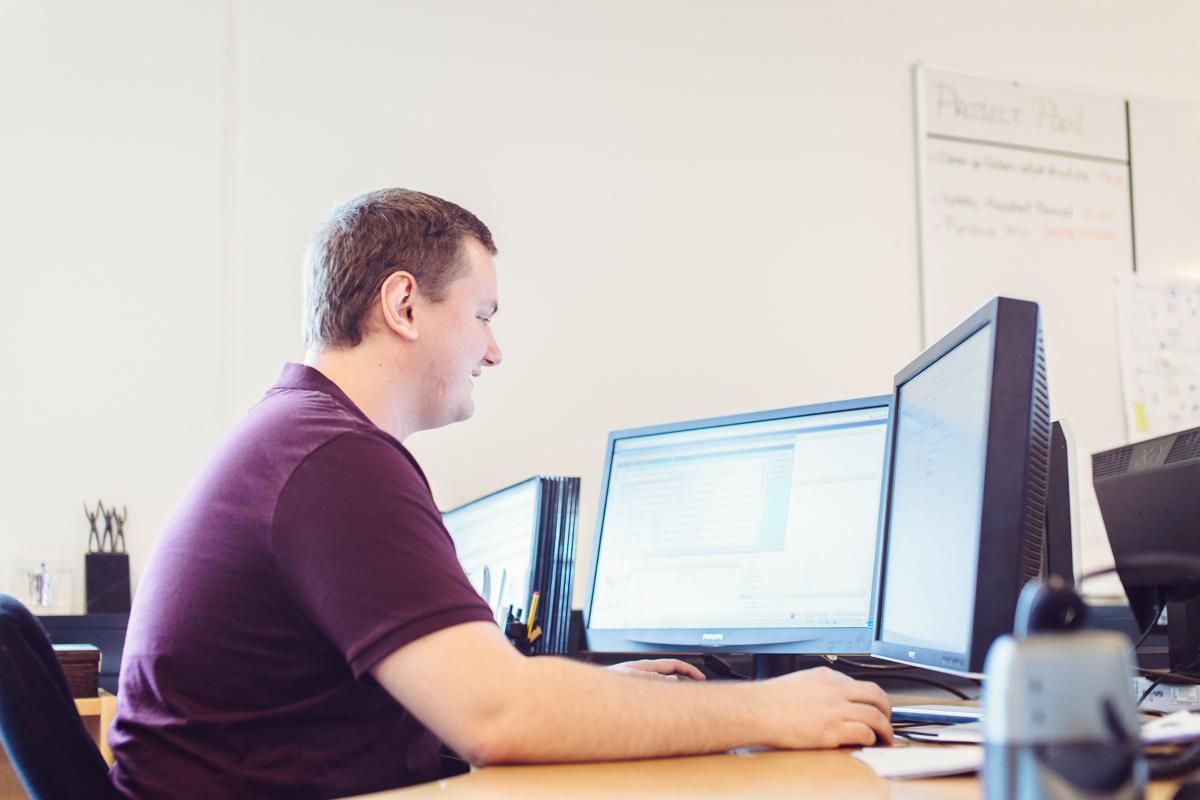 Mand arbejder foran computeren