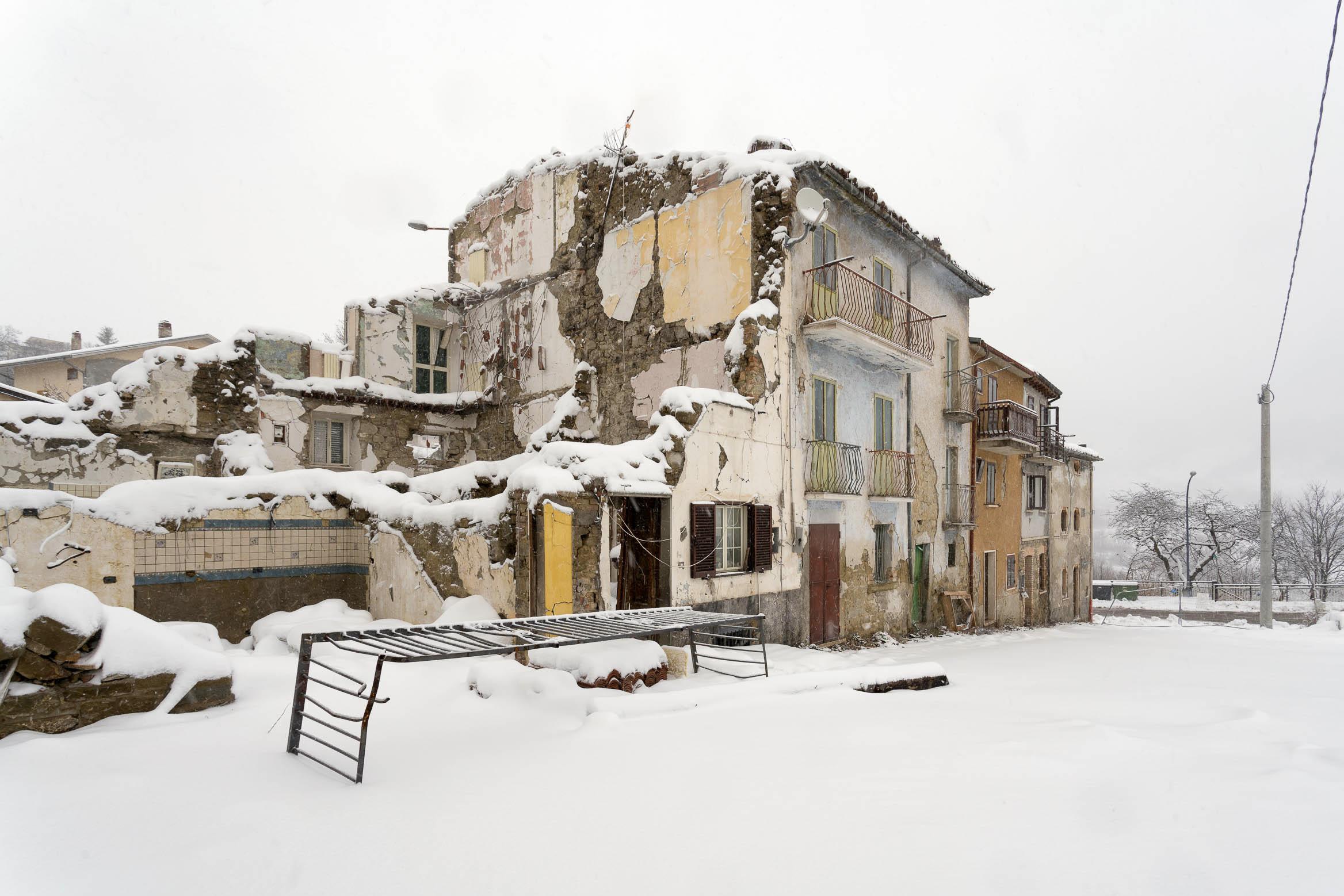Il 18 gennaio 2017 Capitignano (AQ) è epicentro di un violento terremoto passato alla cronaca come Sisma di Rigopiano, con la morte di 29 persone. Il paese di Campotosto risultò il più colpito dai danni. La neve fu una delle più grandi complicazioni, che con accumuli superiori al metro rese difficili i soccorsi e impedì a molti di abbandonare le case.  Ho documentato a partire dal 2018 la situazione nelle zone del doposisma in Abruzzo. Il lavoro è parte dell'osservatorio de  Lo Stato delle Cose | Geografie e storie del doposisma .