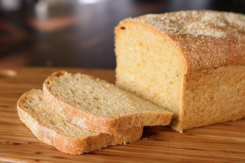 800px-Anadama_bread_(1)