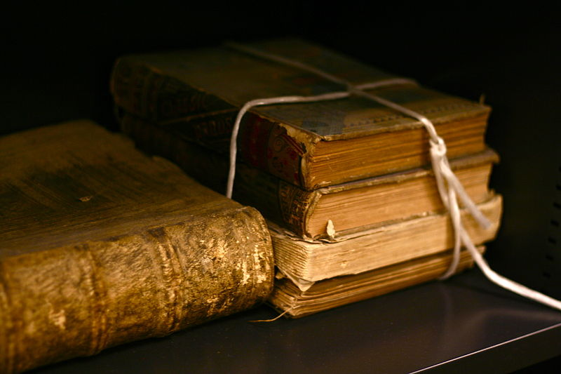 800px-Old_books_by_bionicteaching