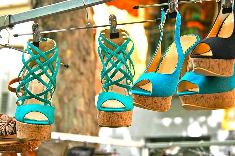 800px-High-heeled_shoes_-_Rastro.JPG