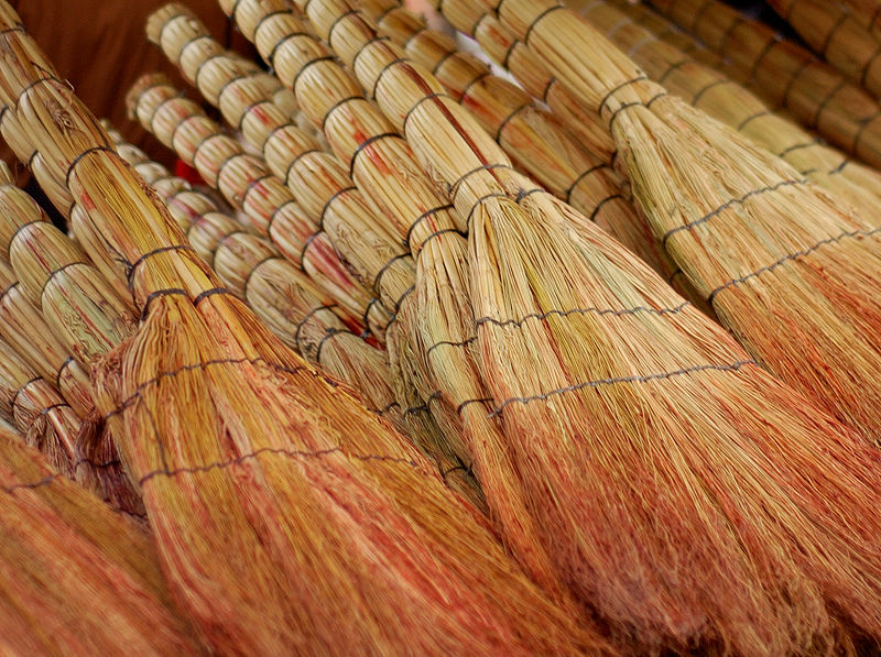 800px-Brooms_for_sale_in_Tbilisi.jpg