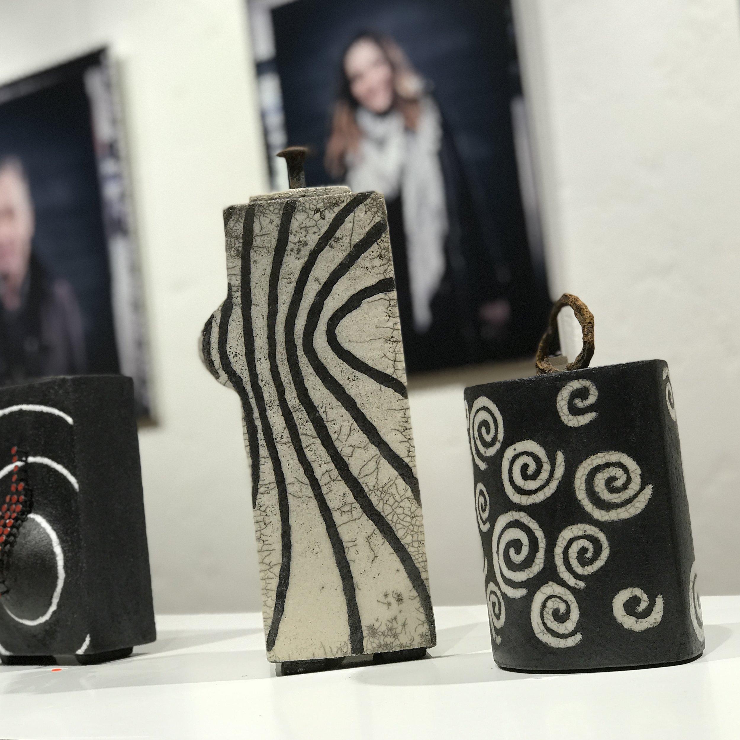 Keramik und Fotografie von Mutter und Sohn (Edith Höfliger und Christian Höfliger)