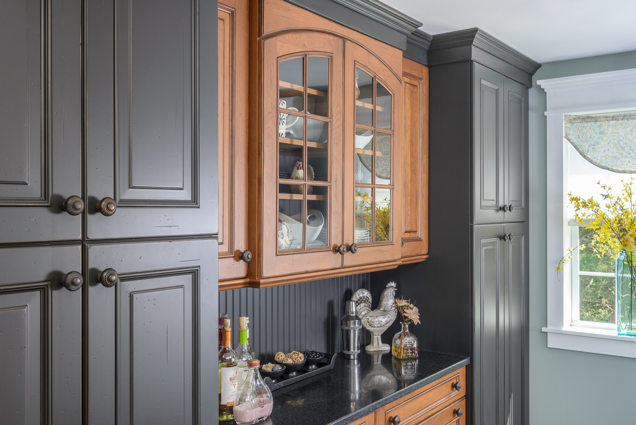 Dining_room_bar_cabinets_Kitchen_Associates