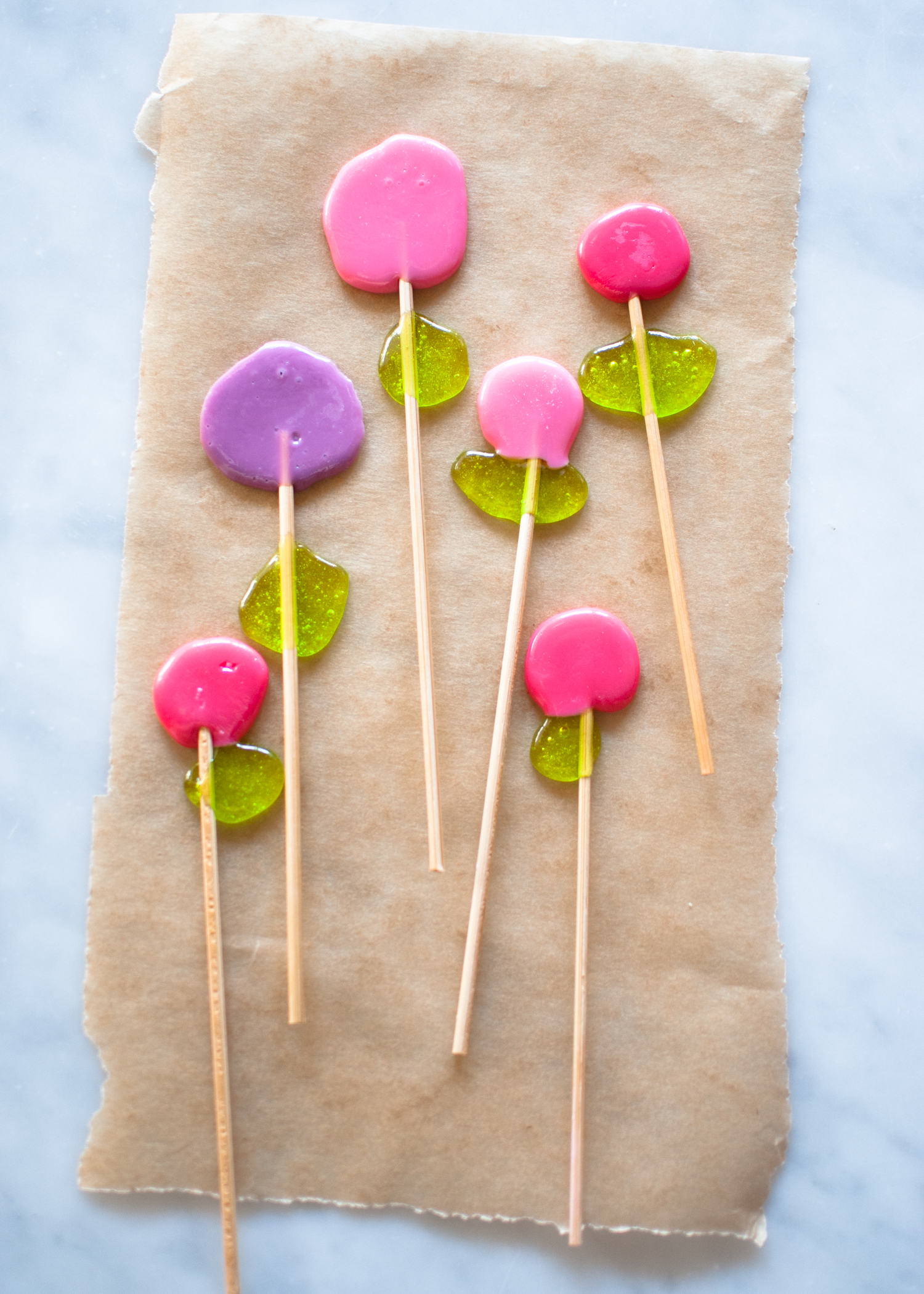 Candy-Aisle-Crafts-Dot-Flower-Lollipops