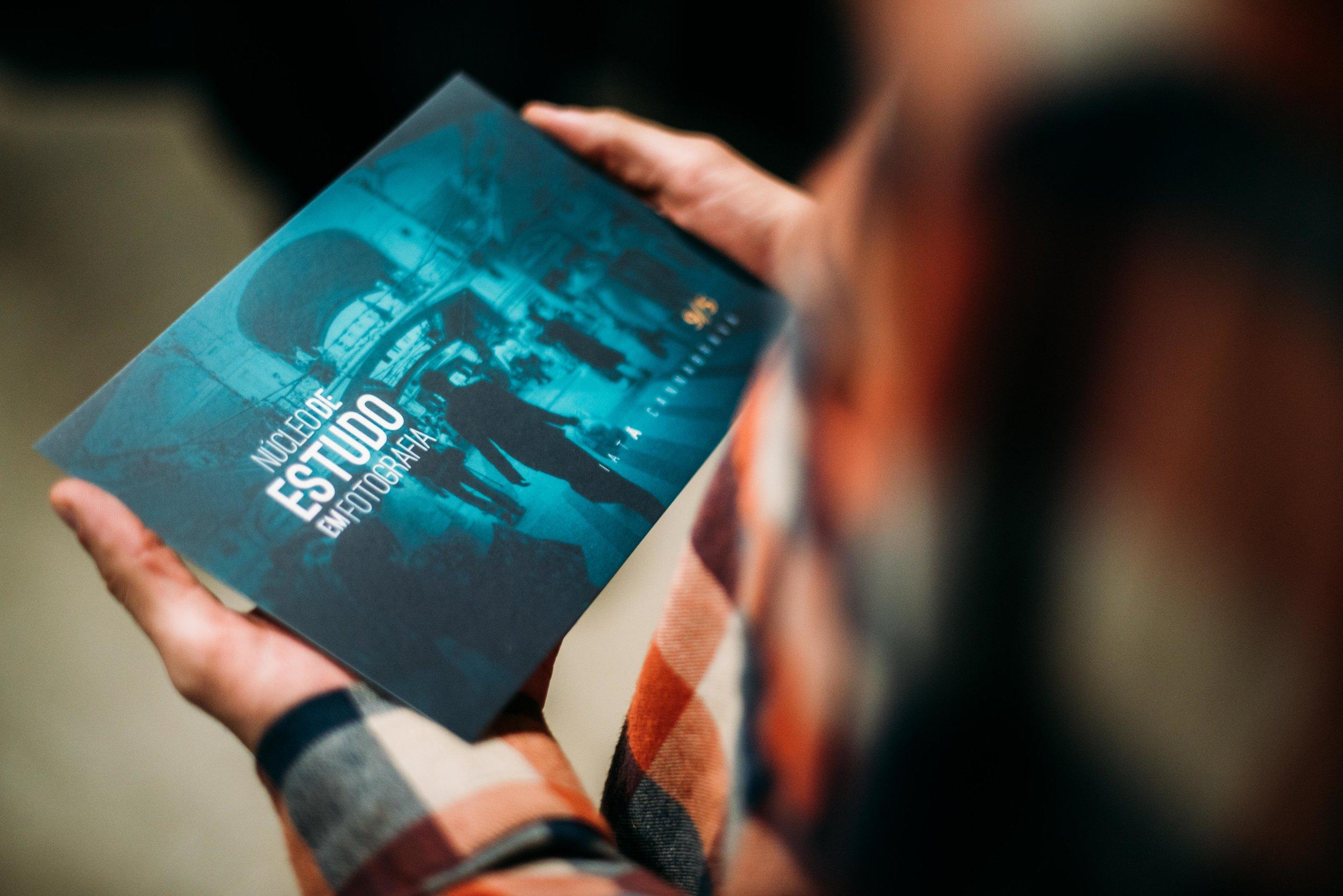 Criação de marca e aplicação em postais para o 1º evento do   NEF - Núcleo de Estudo em Fotografia  . Um evento público e cultural promovido em Bauru, São Paulo com objetivo de promover a difusão de conhecimento e a sensibilização do público à outros eixos narrativos da imagem.
