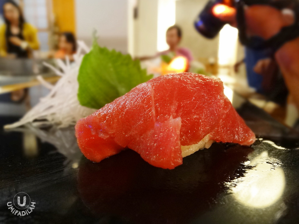 A beautiful, beautiful piece of fatty tuna, a.k.a Toro in Japanese. Look at how appetizing it looks like, with shining dash of shoyu wiped right on top of the succulent flesh. Superb quality!