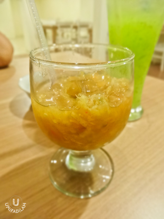 Ceuneucah/Rujak Serut Khas Aceh (IDR 8.000).  Different from what Atjeh Rayeuk serves, this version of Rujak Serut Aceh is served on a glass & has more oozing liquid (with the addition of ice cubes). It also gives stronger sour kick but from what I saw that day, no ground nuts on top. Well it's a matter of taste, I guess, but I prefer AR's version.
