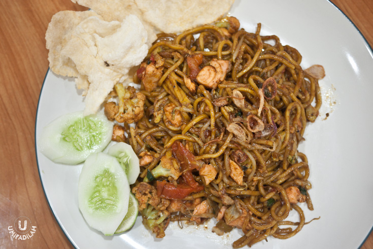 Mie Aceh Salmon - IDR 39k.  My first ever mie aceh using salmon, haha. Honestly, it was like eating a salmon yaki-udon but instead of doing it the Japanese way (using shoyu & sweet teriyaki sauce), this one's using bold curry flavor coming from exotic spices such as cardamom and cumin. The flavor's coming not as strong as the lobster one, and I did give feedback to them that the fishy smell still lingers so they might need to marinate it with lemon first before cooking.