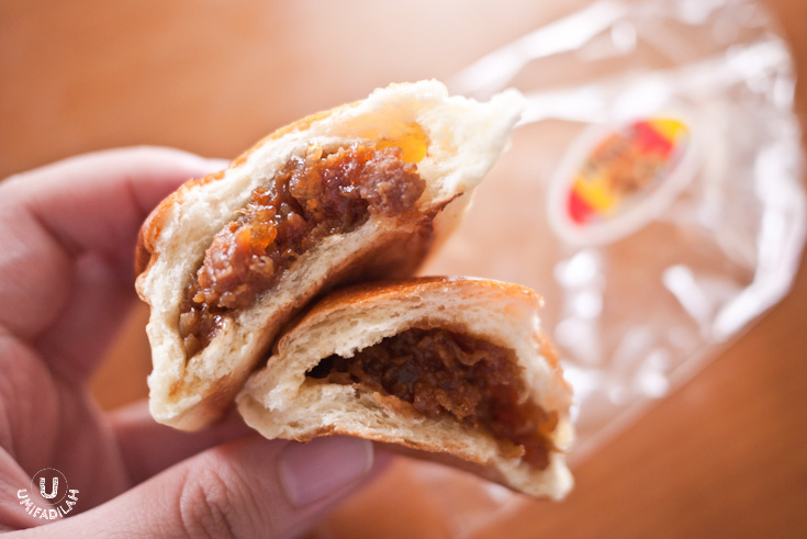 Usually when eating stuffed bun, you'll only reach the filling at second or third bite. But that's not the case with Henis' bread – true that they looked small but don't be fooled by its outer appearance, you'll get to its filling right at the first bite!