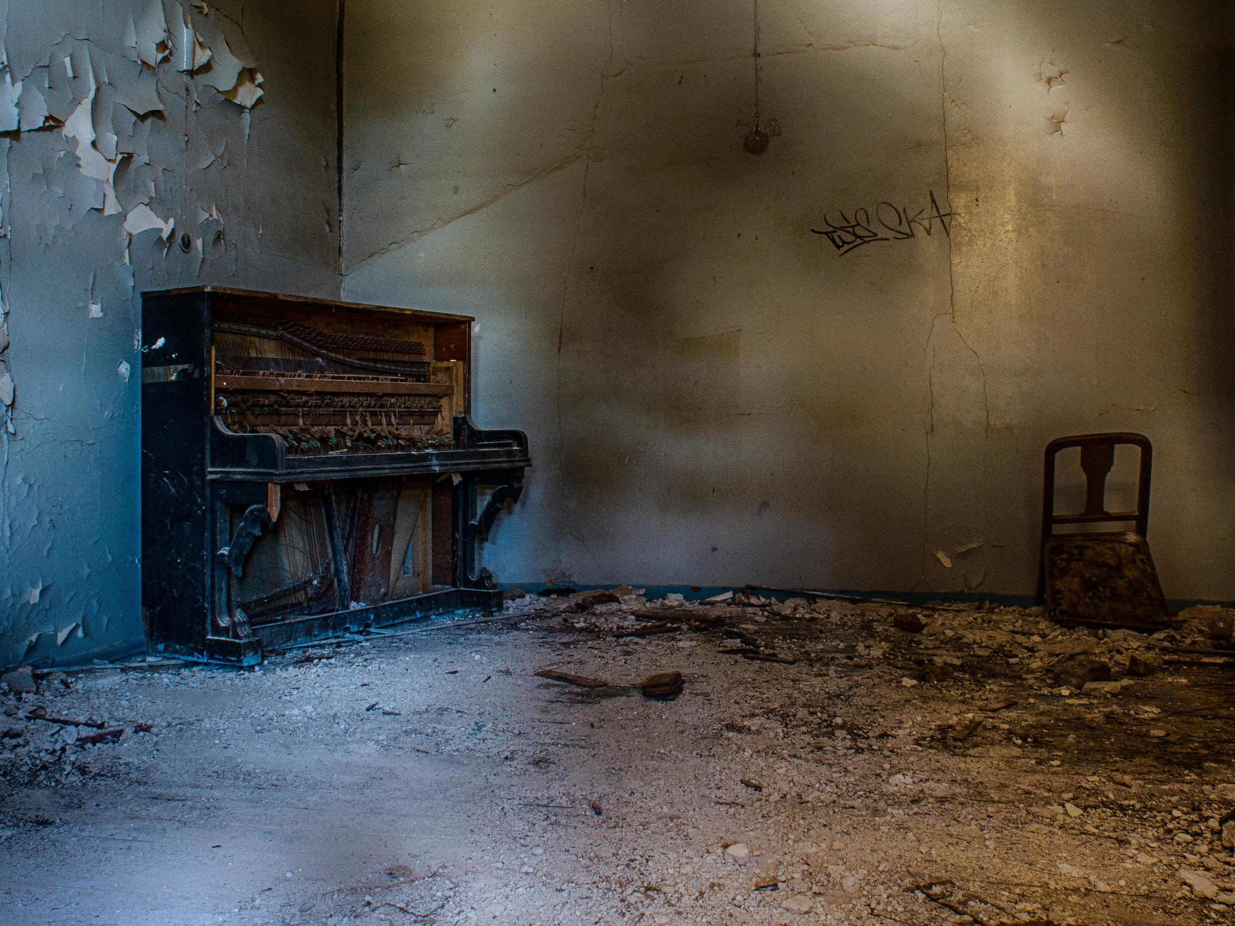 I Vestibulen står der fremdeles et gammelt piano.