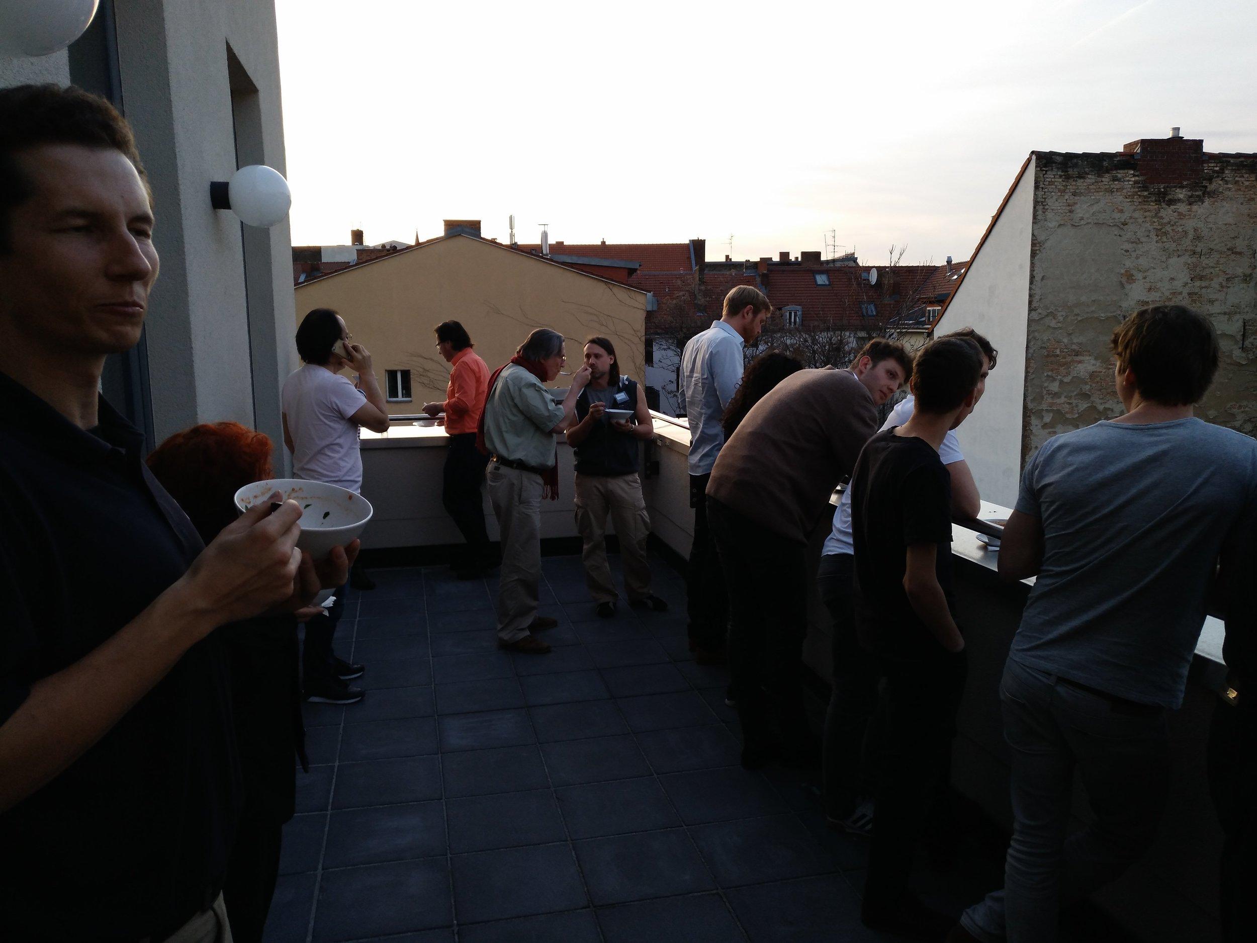 ein Balkon lud ein, das FrühlingsWetter zu geniessen