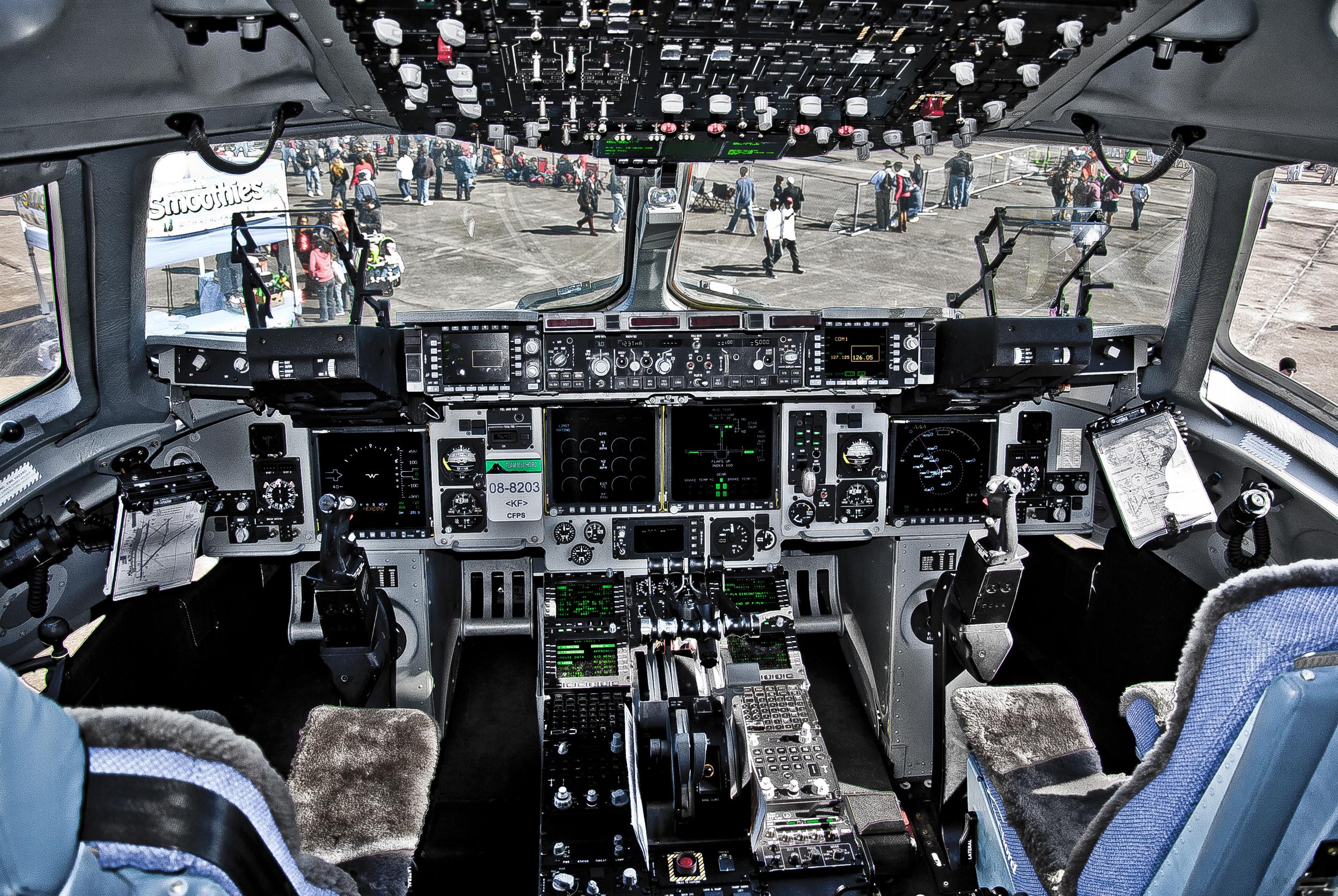 C-17_Globemaster_III_cockpit.jpg