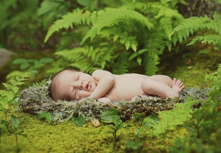 Natural outdoor newborn photography that tells your children's family story.