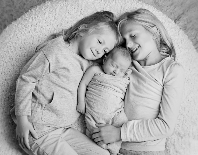 newborn portrait with sisters and siblings