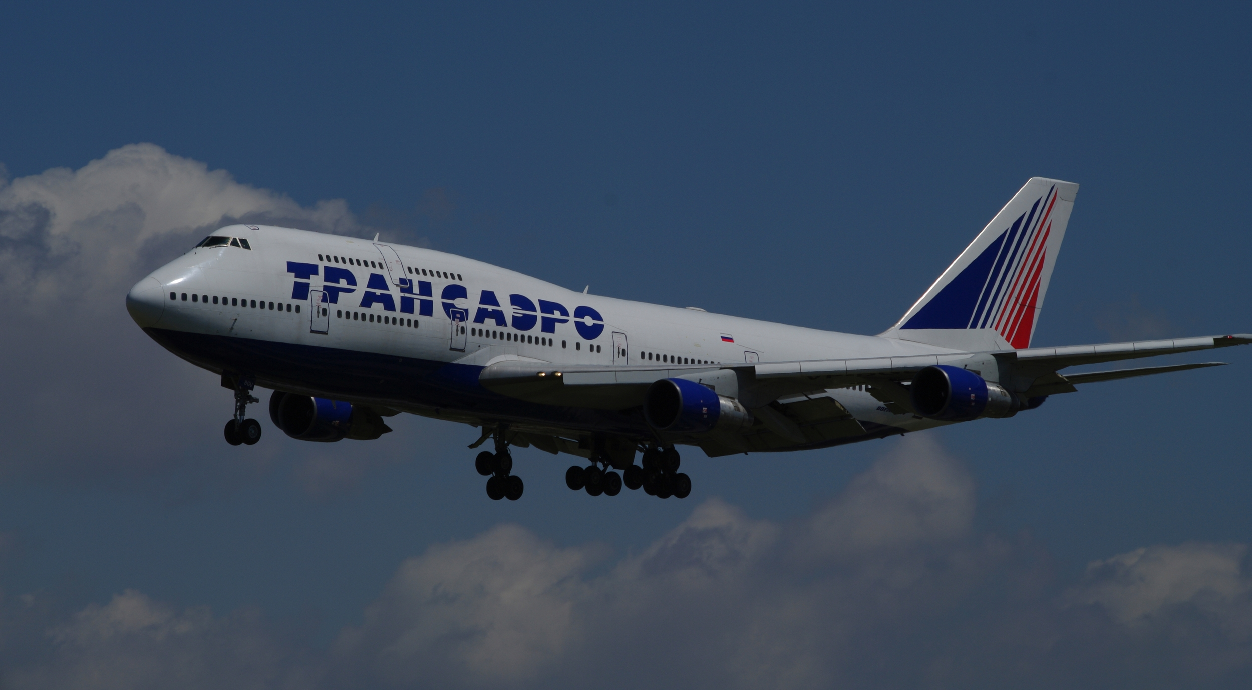 Tranasero currently operates 24 Boeing 747s but passengers flying from/to Moscow to New York , Miami and Los Angeles fly Boeing 777 instead