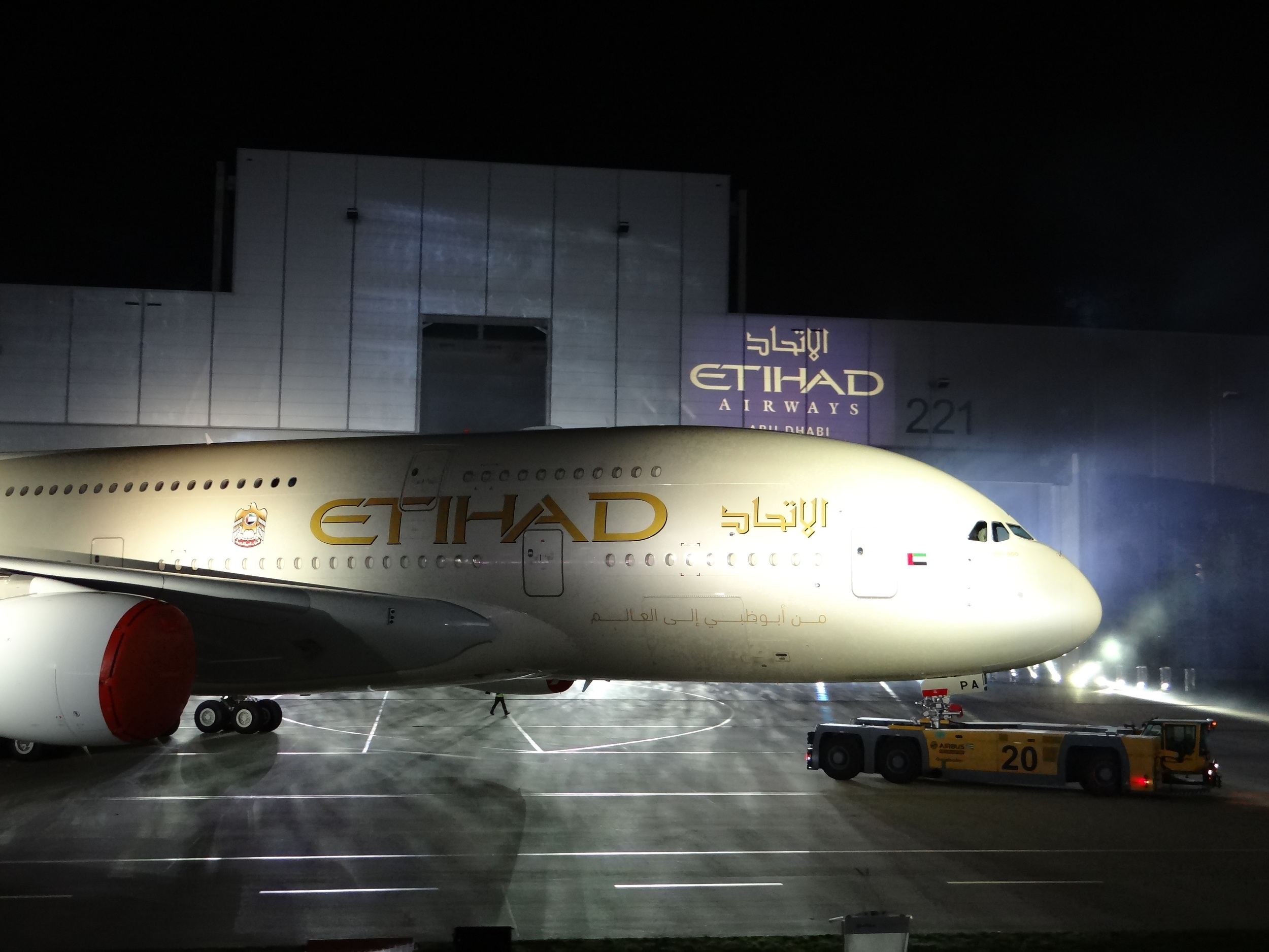 Now a lateral view, as Etihad's A380 is turning around in front of the audience
