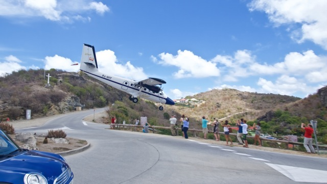 St.Barts airport (SBH) offers somes opportunities for really extreme planespotting! Picture:  Alain Duzant