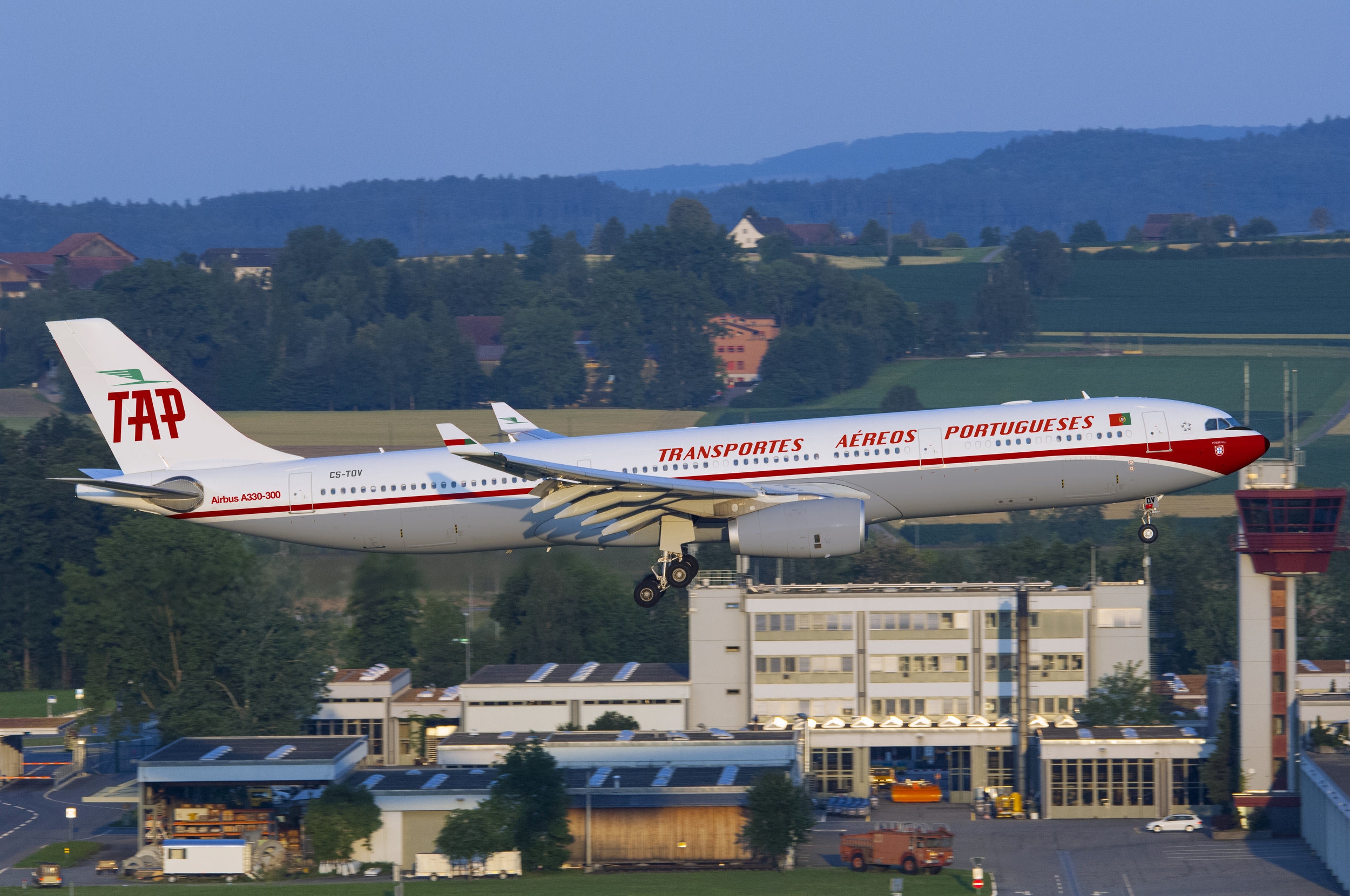 Not only the safety video evokes TAP's history, also this A330 painted in this magnificent retro livery