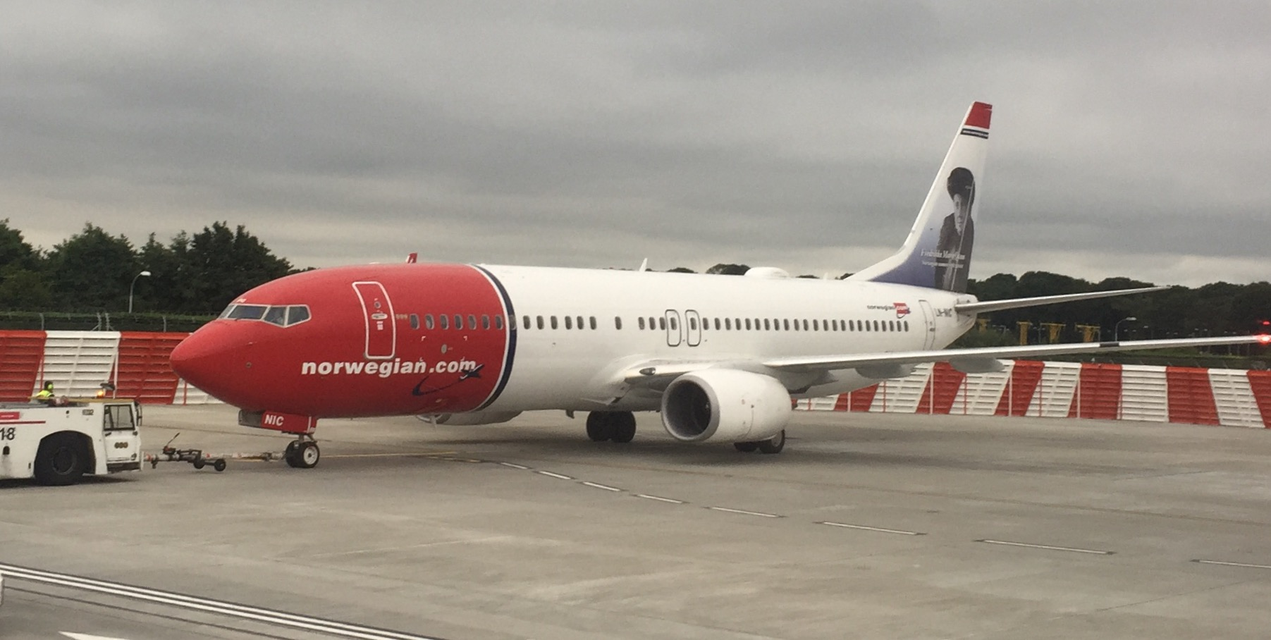 And just because I like the way Boeing 737s look in Norwegian's livery, here is the neighbouring Boeing 737-800 spotted through the window