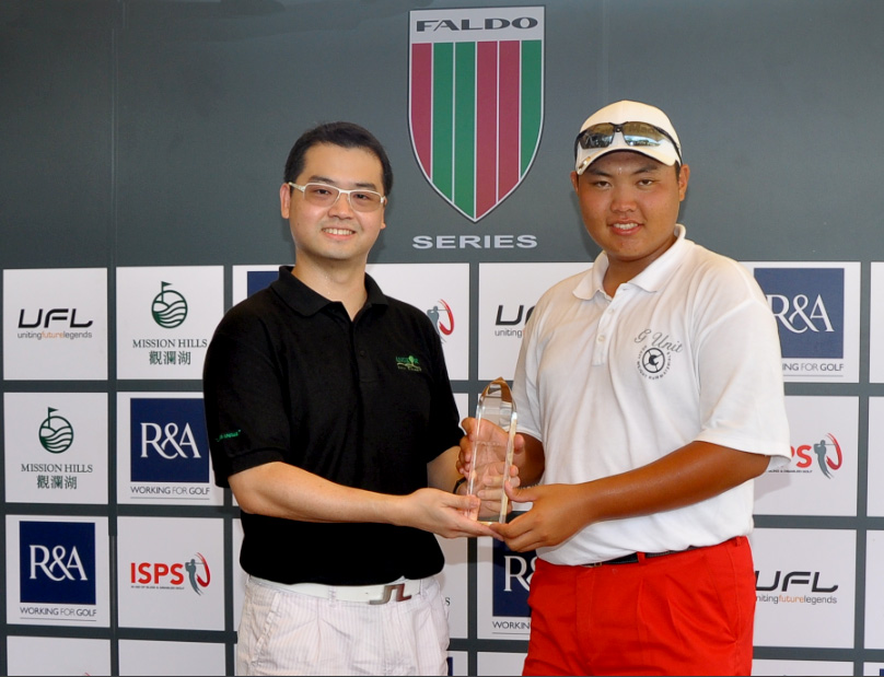 Exectutive Director; Holic Tandijono presents the 2012 Cambodia Champion Kim Dong Hyun with first prize.