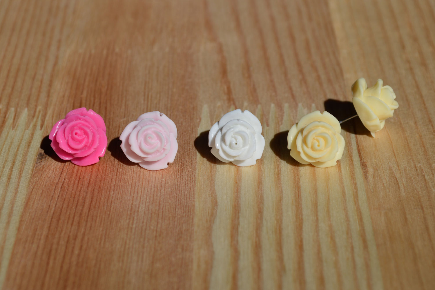 Medium-sized opening rose buds. Also available in red (my personal favourite!), cream or olive green.