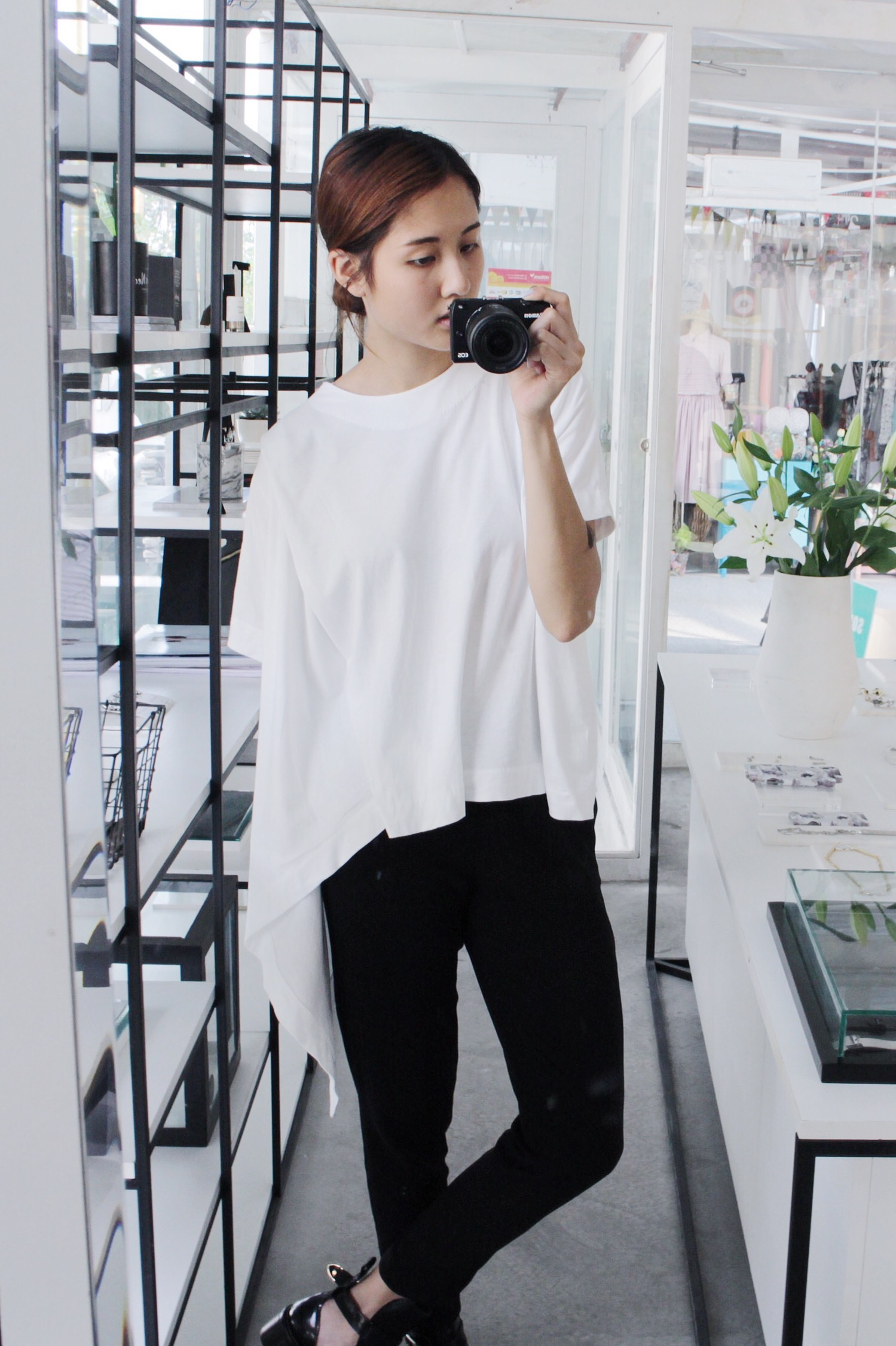 I love this top !!! I bought two of it, one for myself and one to get it produced because it's so nice. Paired with Wephobia pants and just some cool sneakers or boots, this is perfect for any occasion !