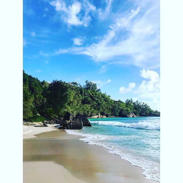 Welcome to #Paradise #Seychelles 💙 . . . . .  #explore #vacation #tourism #tourist #instatrip #traveling #travelphotography #travelpic #travelphoto #travelblog #travelblgger #travelgram #mahe #beach #bluesky