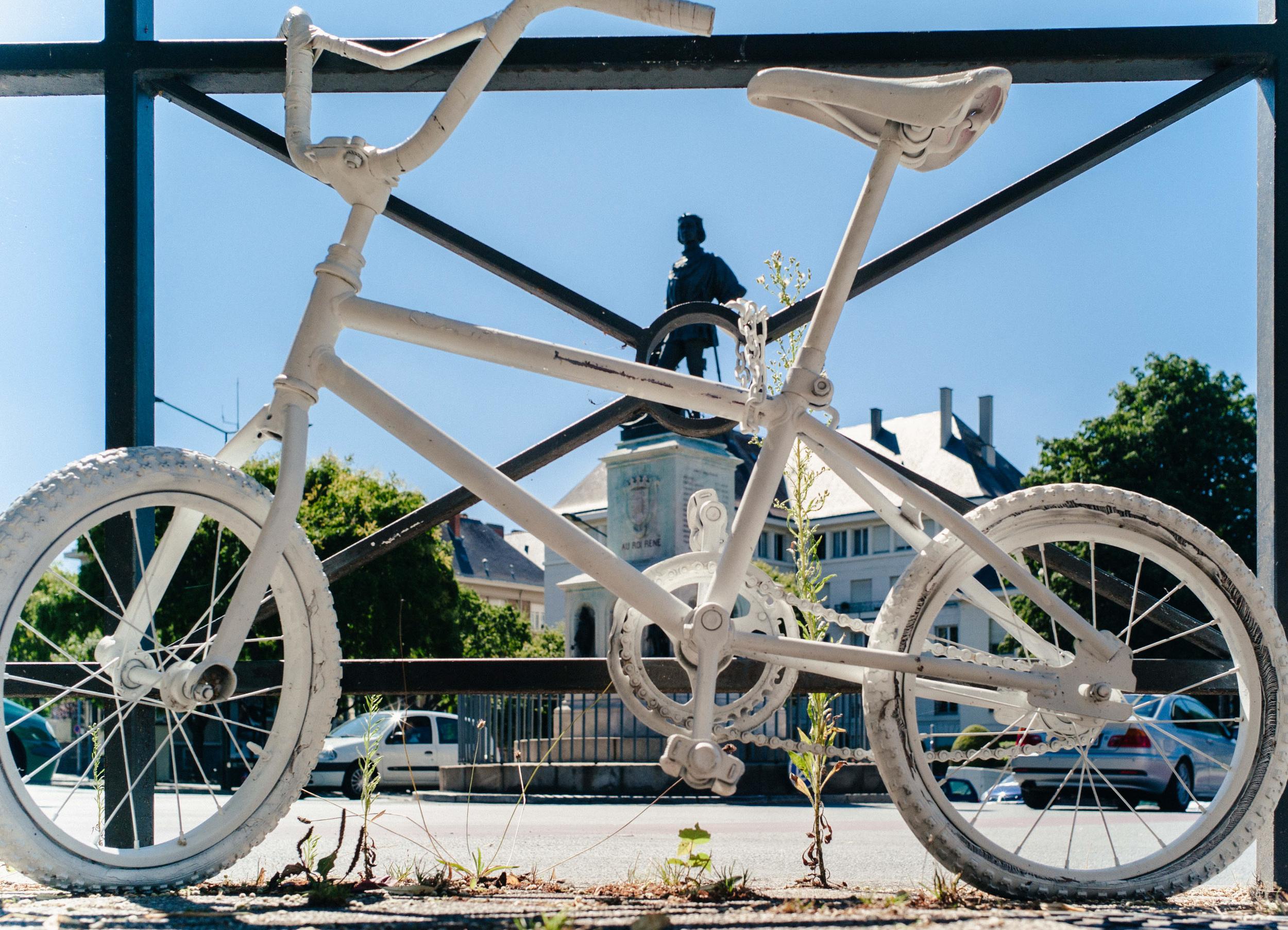 A Angers, un vélo blanc en hommage au petit garçon tué au même endroit il y a quelques mois.