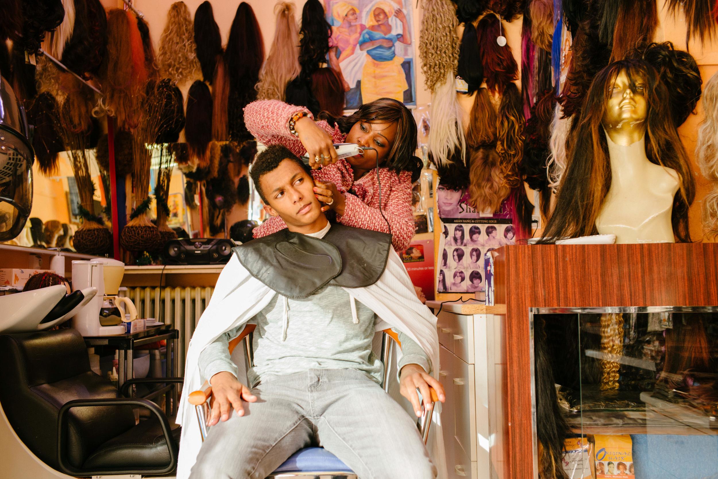 Missoule coiffe Fadel qui a pris l'habitude de lui confier sa tête.