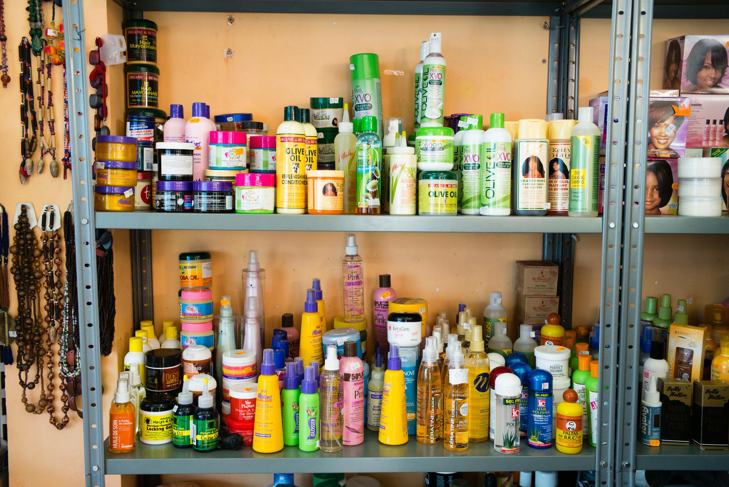 Les crèmes et autres pommades sont essentielles pour entretenir les cheveux de type africain qui ont tendance à casser facilement.