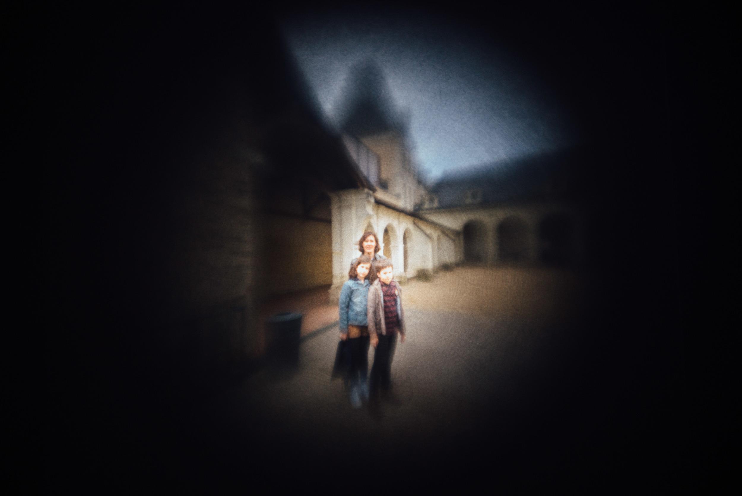 La famille telle qu'elle est apparue sur un tissu dans la chambre noire, remise à l'endroit (la famille, pas la chambre).