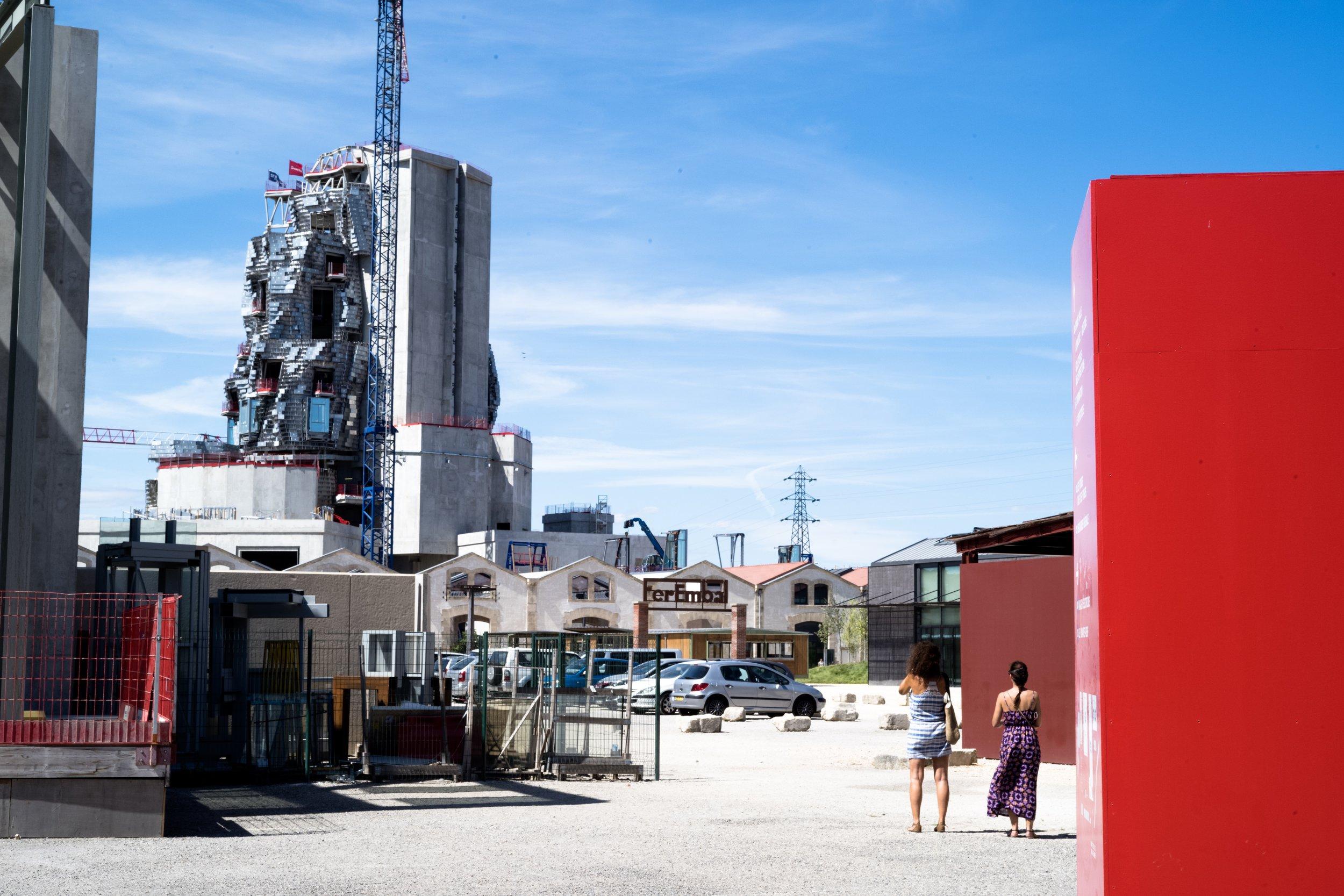 La Fondation Luma et la tour Gehry en construction.