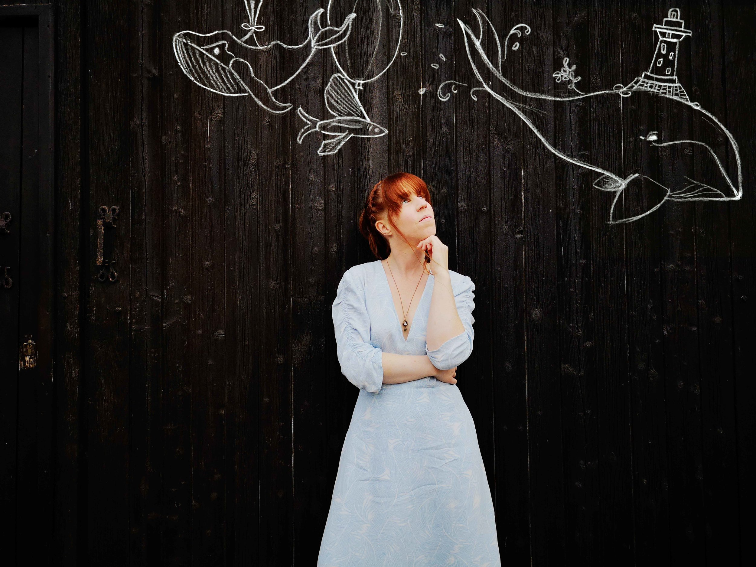 Cécile Corbel sous les dessins d'Andrea Kiss. Photo Bran Music
