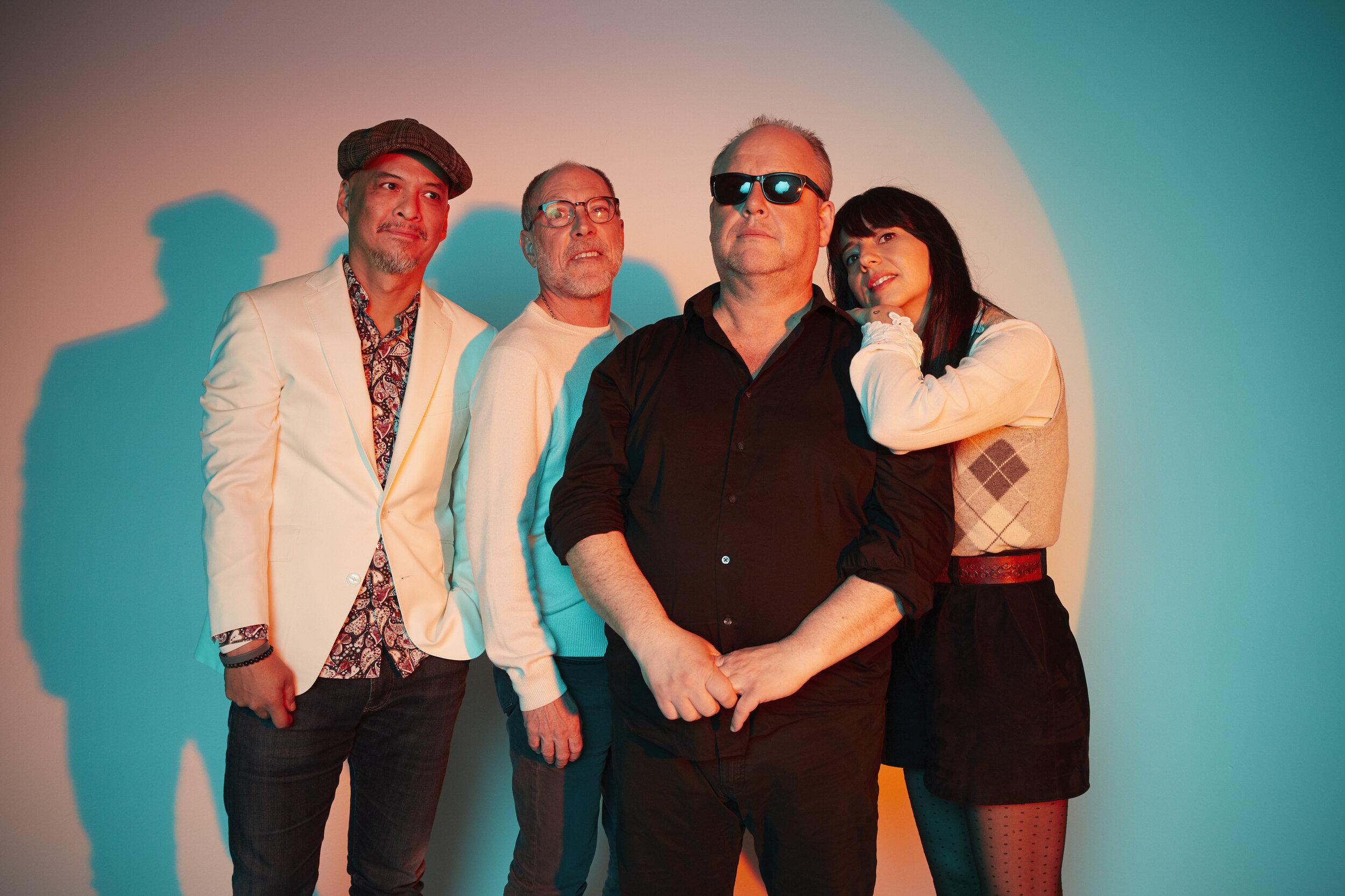 Paz Lenchantin (à droite sur l'épaule de Black Francis) a rejoint les garçons des Pixies pour remplacer la légendaire Kim Deal à la basse. Photo : Travis SHINN