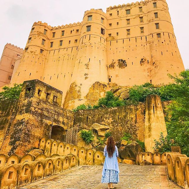 Yesterday I visited a 400 year old fort that has been painstakingly restored into a luxury hotel. I hiked up to the fort, walked through its narrow alleys, lazed around in rooms that once belonged to the royal kings and enjoyed some breathtaking views of the Aravalli Hills. This trip to Jaipur has been full of beautiful discoveries! 😍 . . . #travel #instatravel #travelgram #india #indiatravel #indiatravelgram #jaipur #rajasthan #momentsofmine #picoftheday #photooftheday #wanderbug #wanderlust #neverstopexploring #lifeofadventure #liveauthentic #traveldeeper #travelstoke #traveler #traveling #loveindia #lovetheworld #naturelovers #darlingescapes #dametraveler #beautifuldestinations #sheisnotlost #roamtheplanet #rajasthantourism #wearetravelgirls