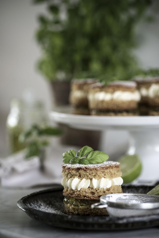 Mini sponge cakes with lime marmalade and basil cream