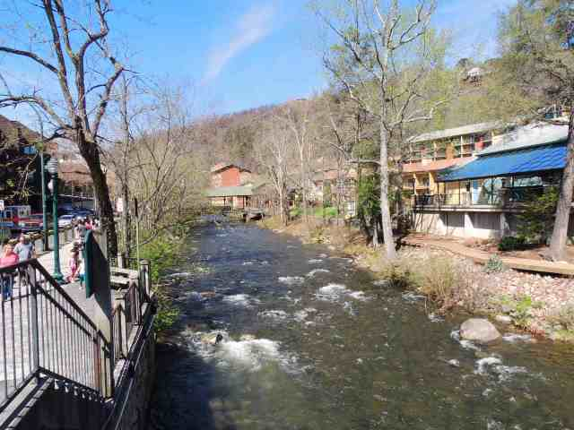 Little_Pigeon_River_next_to_the_walk_way_on_the_River_Road_in_Gatlinburg.jpg